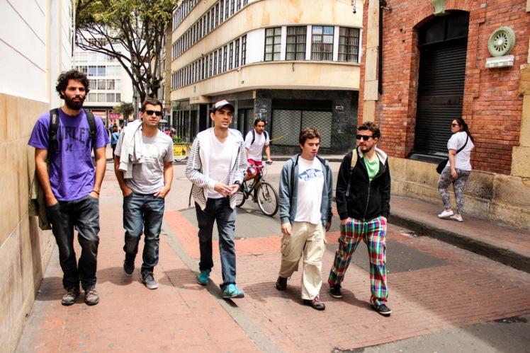 Nico, Pablito, David, Peter y Piojo caminando por el centro de Bogotá.