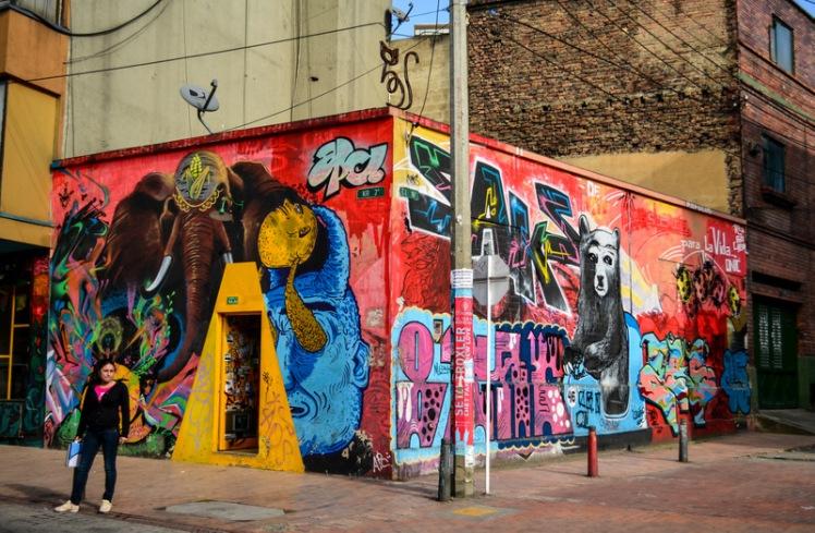 La ciudad decorada por grafitis.