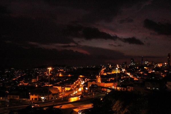 Vista de Manizales de noche.