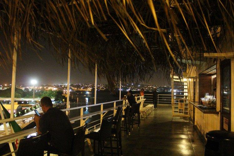 El bar en la cubierta del barco