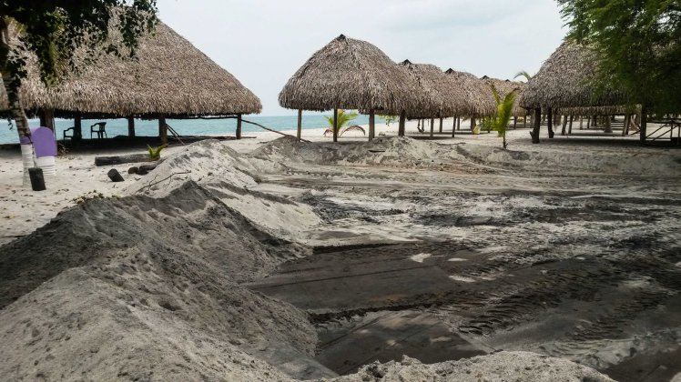 Playa Farallones, Hostel Pipa's Beach cubierto de arena