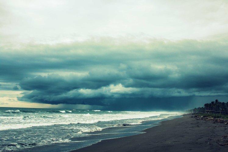 Se viene la tormenta en Playa Las Lajas