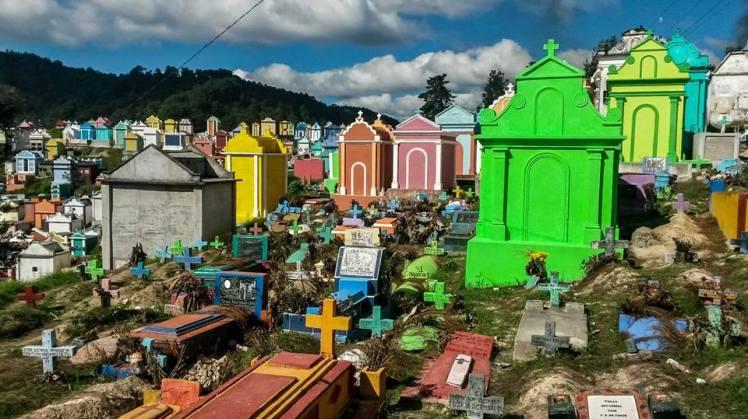 Colorido cementerio de Chichicastenango