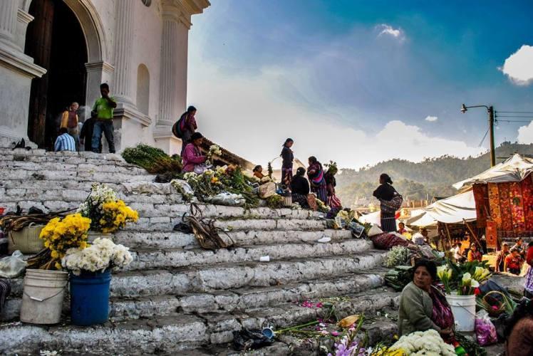 Iglesia Santo Tomás, en medio del mercado de Chichicastenango
