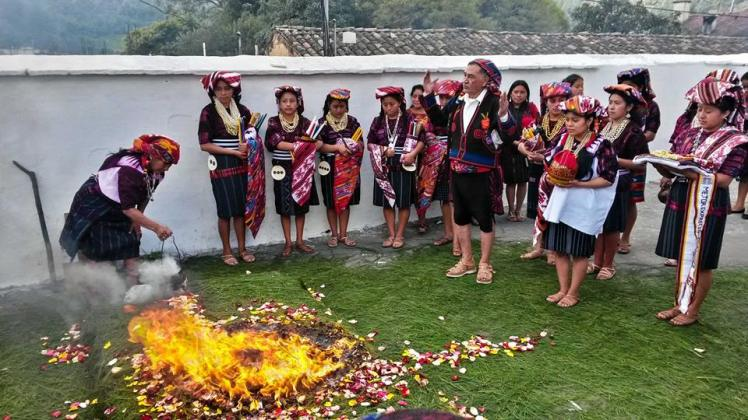 Ritual maya en la iglesia de Chichicastenango