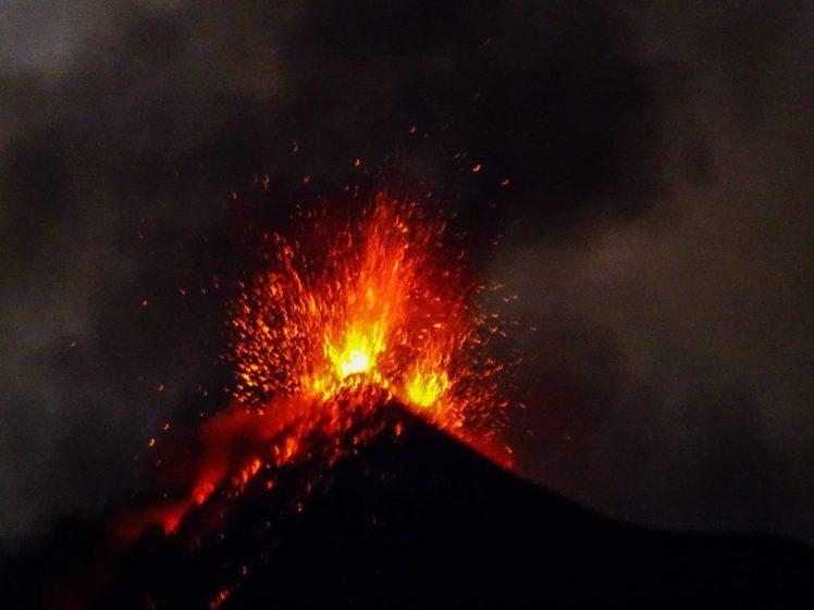 El Volcán de Fuego explotando en Antigua