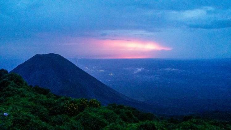 Vista del Volcán Izalco desde Cerro Verde