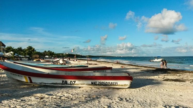 La playa de Tulum con los barcos pesqueros y el sargazo