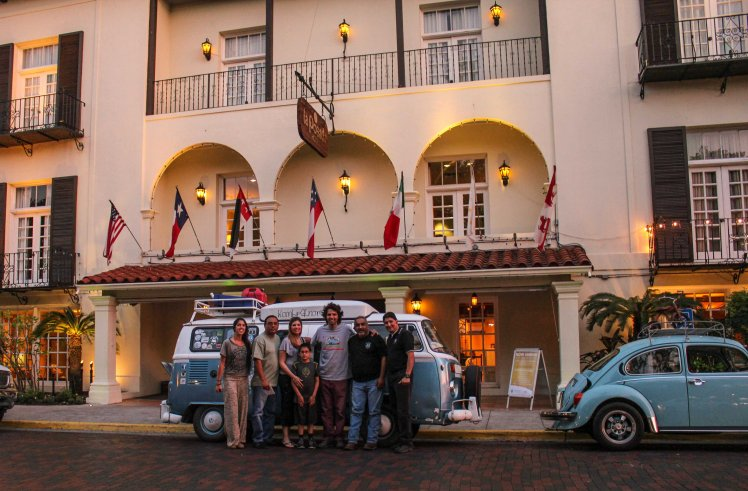 Con algunos de los miembros del Club Oil Drippers Laredo que nos invitaron a este increíble hotel!