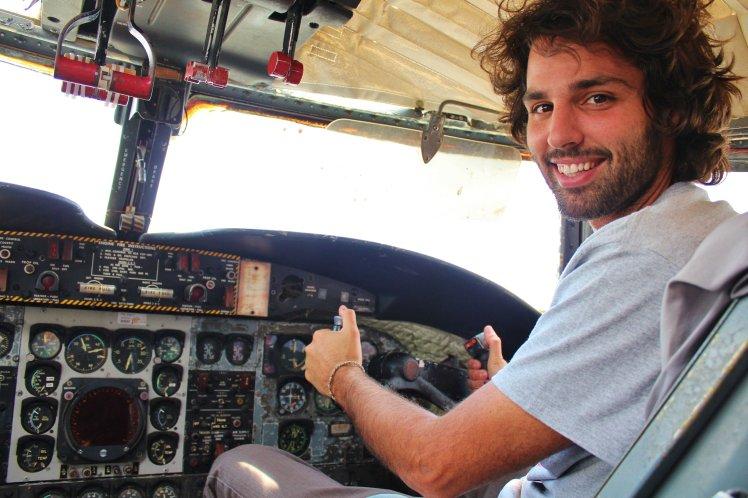 """Nico """"piloteando"""" un avión de la Guerra de Vietnam. / Nico """"driving"""" a Vietnam´s War plane."""