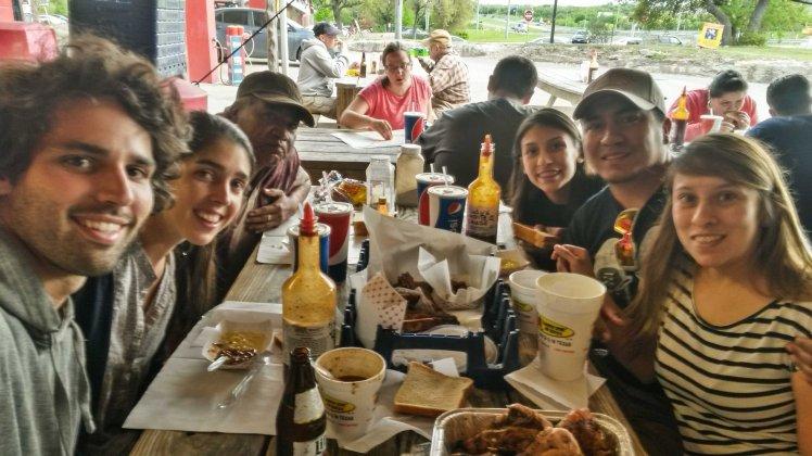 Probando la carne típica de Texas con Luis y su familia