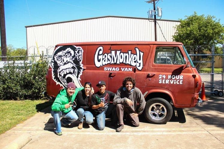 Con Joel y Héctor en el Taller de Gas Monkey. With Joel and Héctor in Gas Monkey Garage.