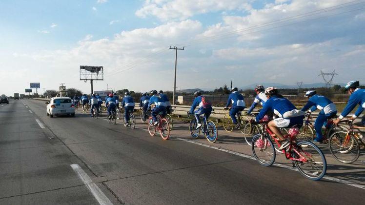 Ciclistas en procesión por la carretera