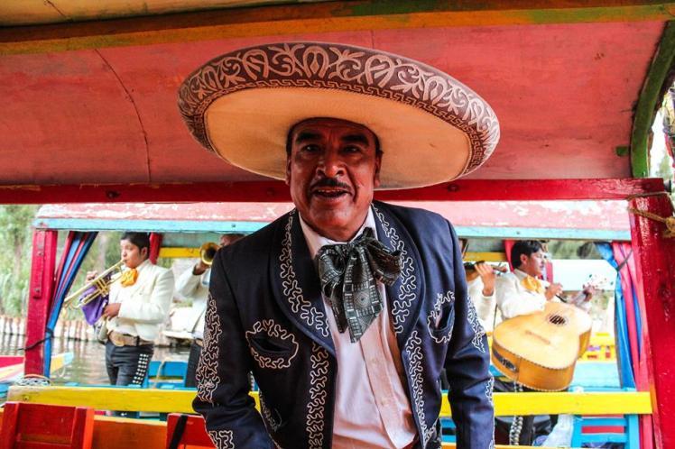 """El Mariachi que posa para la foto mientras canta """"Cielito Lindo"""""""