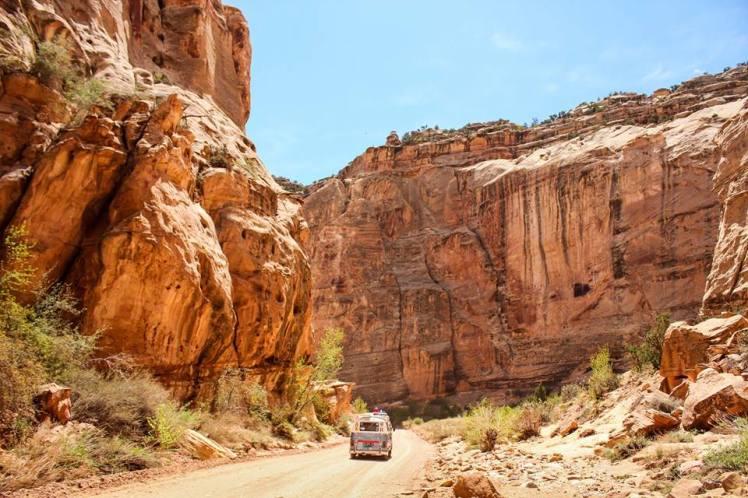 Dora paseando en los cañones / Dora traveling throught the canyons