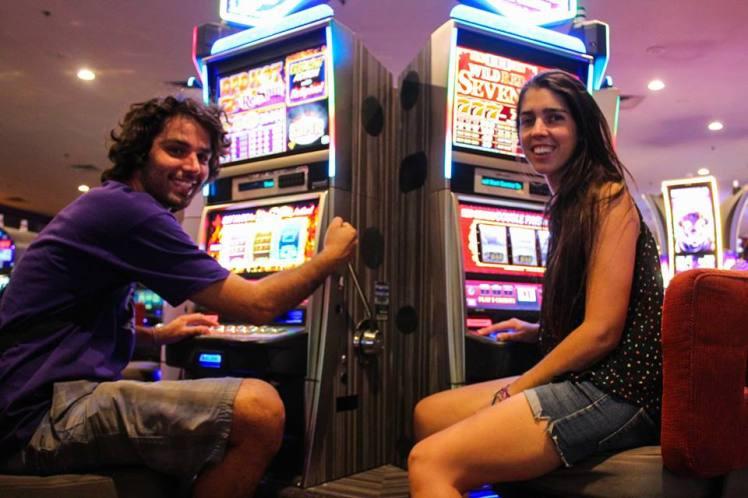 Haciendo que jugamos dentro de uno de los casinos. / Pretending to be playing at one of the casinos.