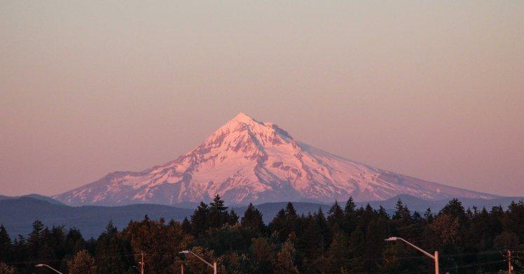 Vista del Monte Hood saliendo de Portland / Mt. Hood from the outskirts of Portland