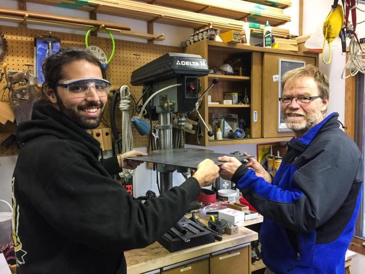 Con Harald haciendo las remodelaciones de la Kombi en Winnipeg. / With Harald making the bus restorations, Winnipeg.