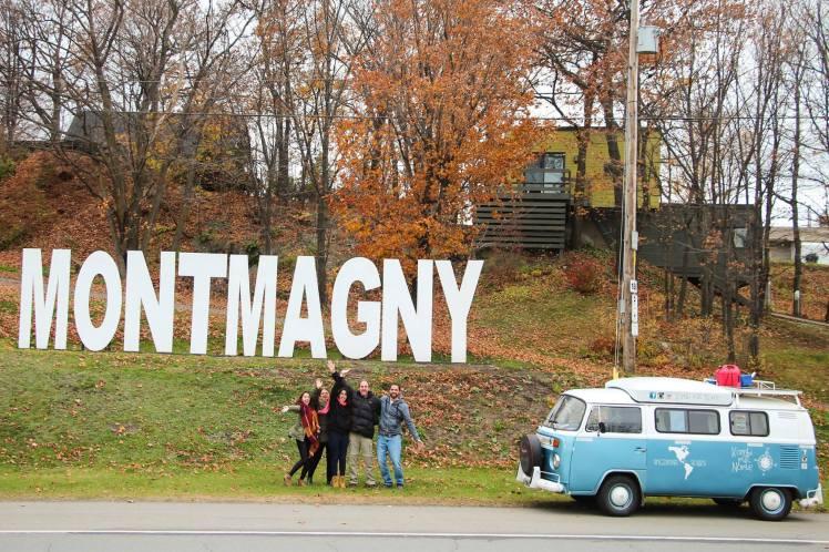 Con los Bolatti en el cartel del pueblo / With the Bolatti´s family at Montmagny
